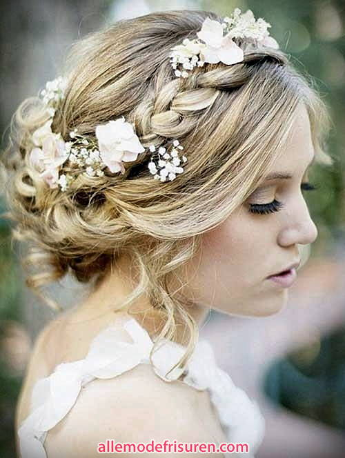 rustica Zopf Frisur mit blonden Haaren